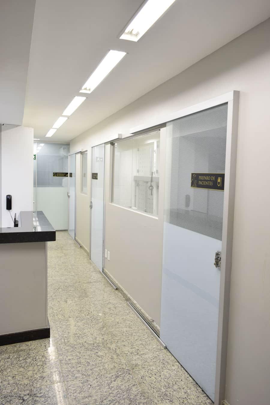 Bloco cirúrgico composto por sala de esterilização, preparo e recuperação do animal e centro cirúrgico equipado com anestesia inalatória, capinografia e monitoração de ponta.